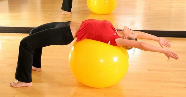 A fittball labda az ülő életmódot folytatók és gerincproblémákkal élők jó barátja.
