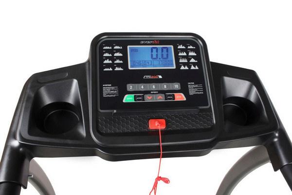 Az Everfit TFK 200 futópad kijelzője a legfontosabb edzésadatokat, úgymint a sebességet, a futópad dőlésszögét, a távolságot, az időt, a pulzusértéket, az elégetett kalóriát mutatja.