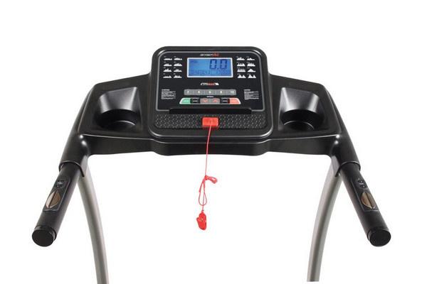 Az Everfit TFK 200 futópad sebessége a konzolról elérhető gombokkal vezérelhető akár futás közben, és a vészleállító is lehúzható.