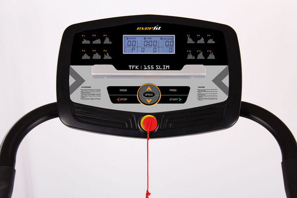 Az Everfit TFK 155 SLIM futópad kék háttérvilágítású kijelzője futás közben is tisztán és jól látható adatokat ad az edzésről: mutatja sebességet, a futópad dőlésszögét, a távolságot, az időt, a pulzusértéket, az elégetett kalóriát és az aktuális edzésprogramot.