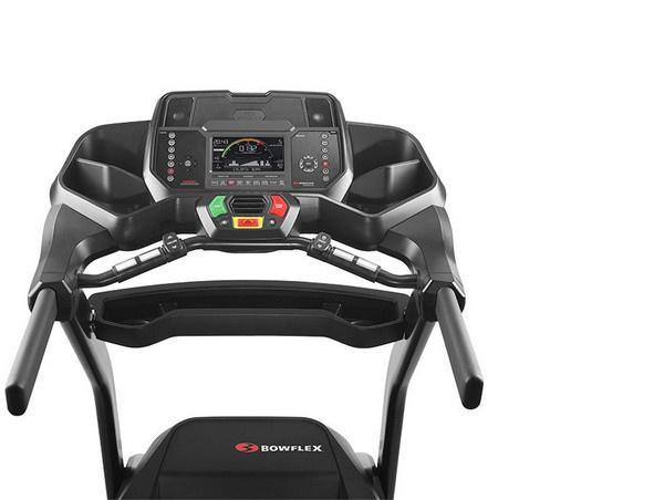 A Bowflex BXT226 futópad kijelzője az edzésadatok monitorozását biztosítja, valamint a futógép a kapaszkodókarokba épített pulzusmérővel van felszerelve.