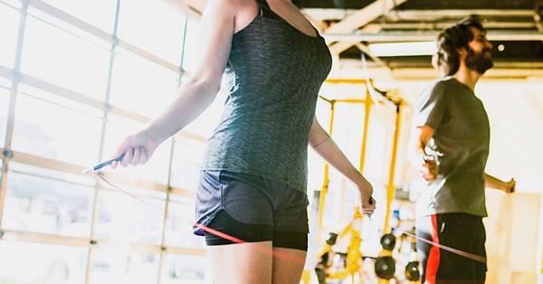 A cross training különböző edzésformákból válogat, kiemelt hangsúllyal az erőedzésen és a kardio edzésen.