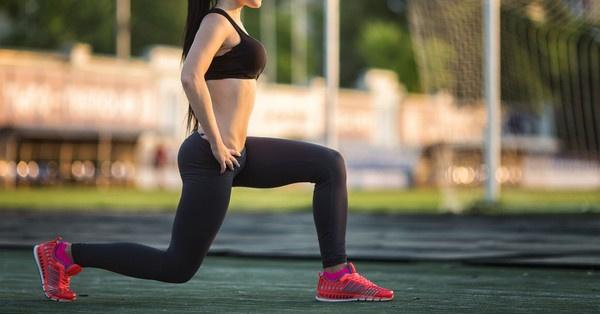 A saját testsúlyos lábedzés egyik alapeleme a kitörés, mely nemcsak a comb, a vádli és a csípő izmait, de a fenékizmokat is megdolgoztatja.