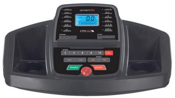 Az Everfit TFK 130 futópad konzolján nagyméretű, kék háttérvilágítással rendelkező LCD-kijelző mutatja az edzésadatokat.