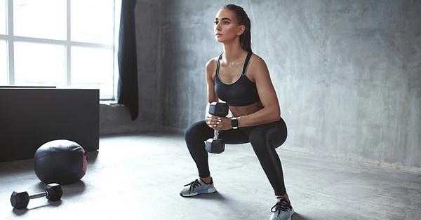 A saját testsúlyos lábedzés nehézségi fokát emelhetjük különböző kézi súlyzók bevonásával.