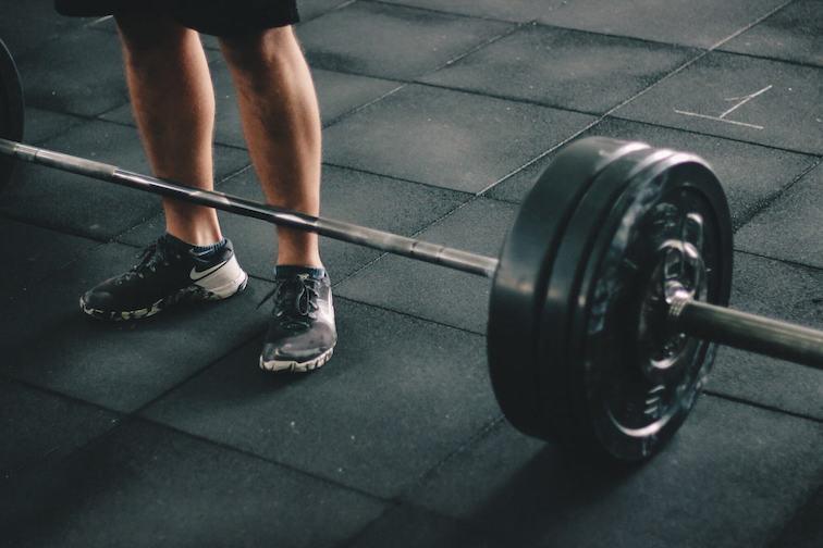 Szabad súlyok és edzőgépek közti különbségek