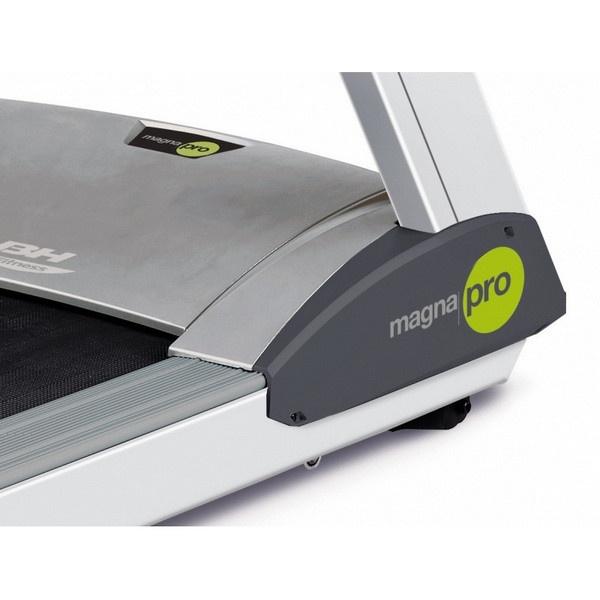 BH Fitness Magna Pro futópad széles futófelülete kényelmesebb, korlátozás mentes futást segíti elő használójának.