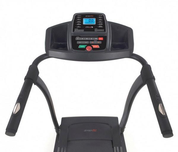 Az Everfit TFK 130 futópad kék háttérvilágítású LCD kijelzővel segíti a futóedzés adatainak monitorozását.