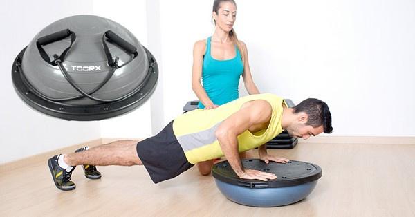 A bosu párna segítségével is edzhetők a gerincoszlop statikájáért felelős core-izmok.